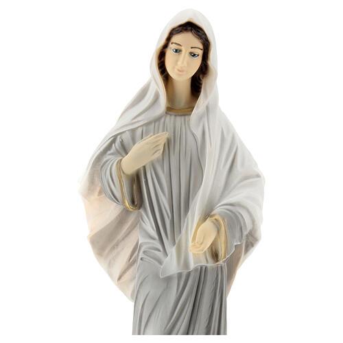 Bemalte Madonna von Medjugorje aus Marmorstaub mit Kirche, 30 cmAUßEN