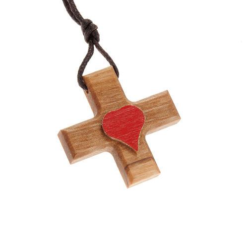 Croix grecque bois d'olivier avec coeur 1