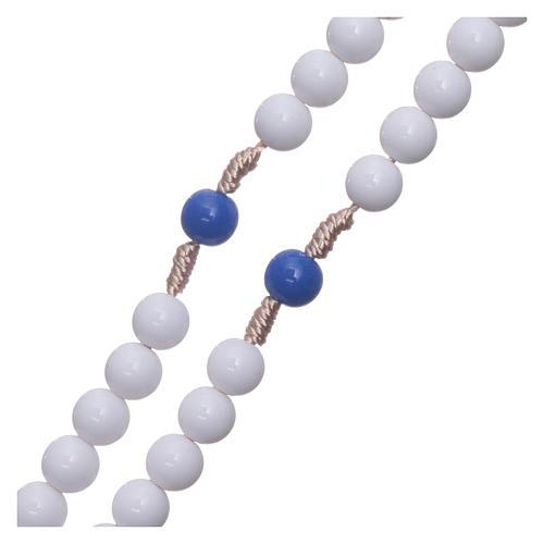 Rosario plástico cuentas blancas y padrenuestros azul 7,5 mm cuerda de seda 3