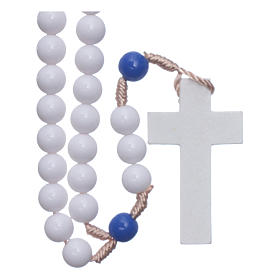 Terços Baratos: Terço em plástico contas brancas e pater azuis 7,5 mm fio seda
