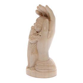 Imagen mano protectora con niña de madera natural de la Val Gardena, acabado con cera transparente s2