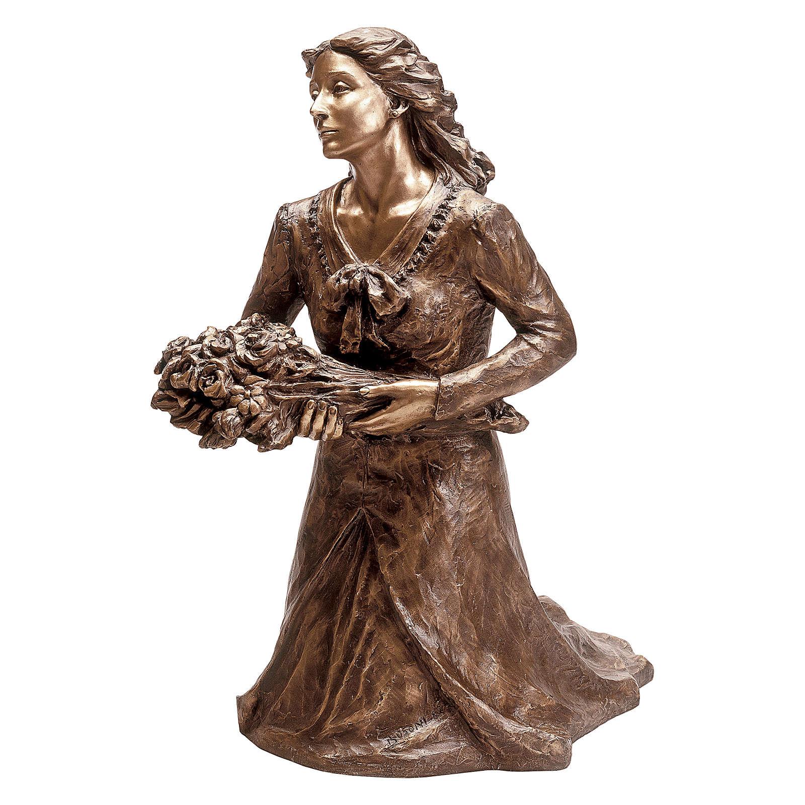 Statue Femme avec fleurs à genoux bronze 45 cm cape bleue pour EXTÉRIEUR 4