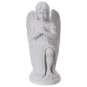 Imagens em Pó de Mármore de Carrara: Anjo de joelhos com mãos no coração mármore branco de Carrara 30 cm