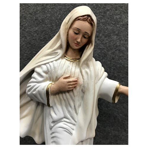 Estatua Virgen Medjugorje motivos oro 28 cm resina pintada