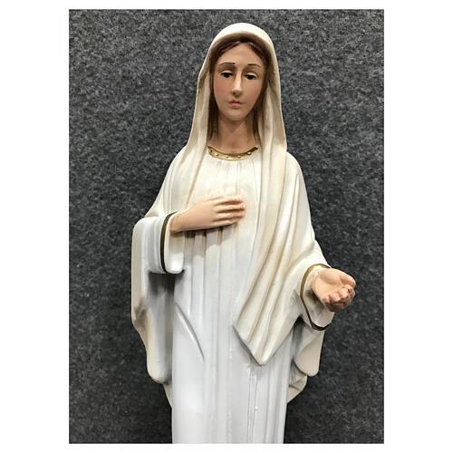 Estatua Virgen Medjugorje pintada vestidos blancos 30 cm resina