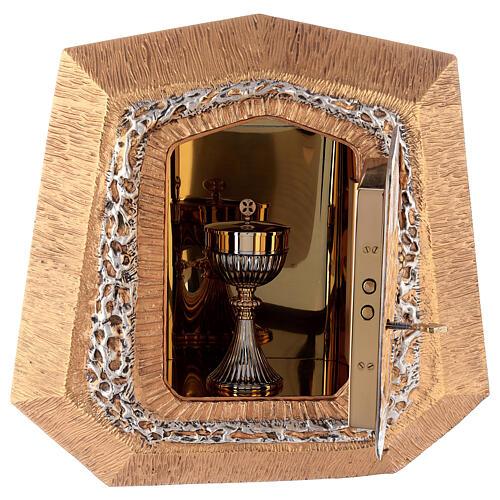 Sagrario de pared dorado con símbolos sacramentos 8