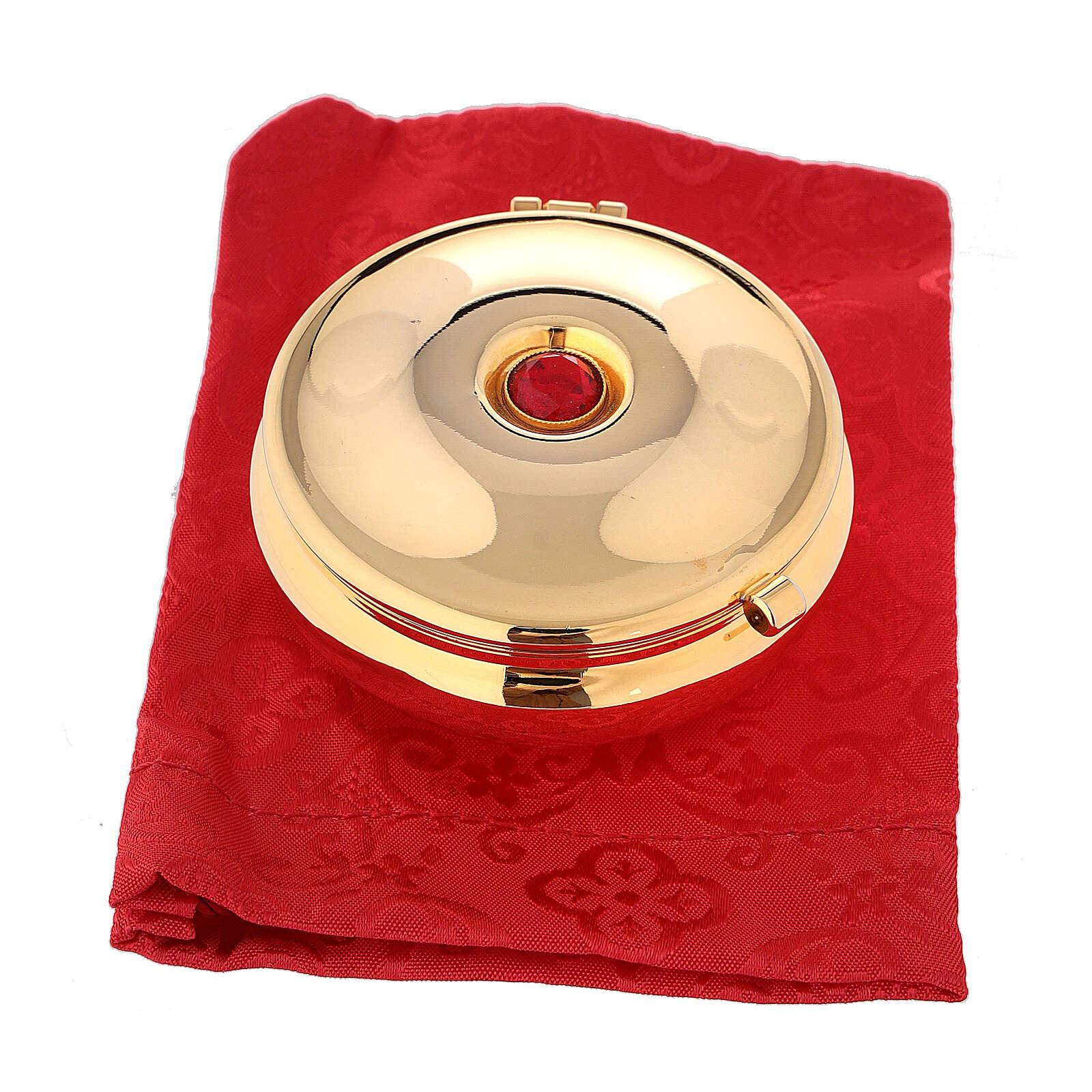 Relicario dorado con piedra roja y saco rojo 3