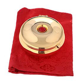 Relicario dorado con piedra roja y saco rojo s4