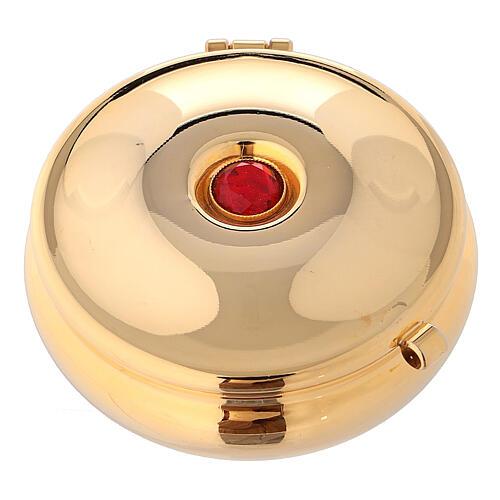 Relicario dorado con piedra roja y saco rojo 1