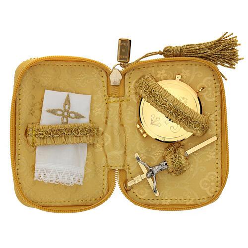 Estuche para viático Virgen Guadalupe color oro con relicario d. 5 cm 2