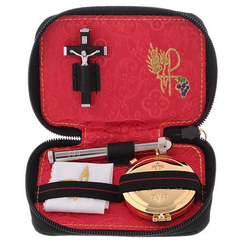 Valise chapelle cuir noir croix métal intérieur jacquard rouge 1