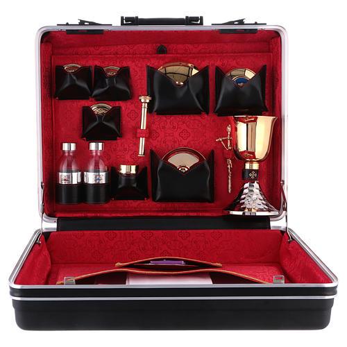 Valise pour célébrations plastique et métal intérieur satin rouge Cène 1