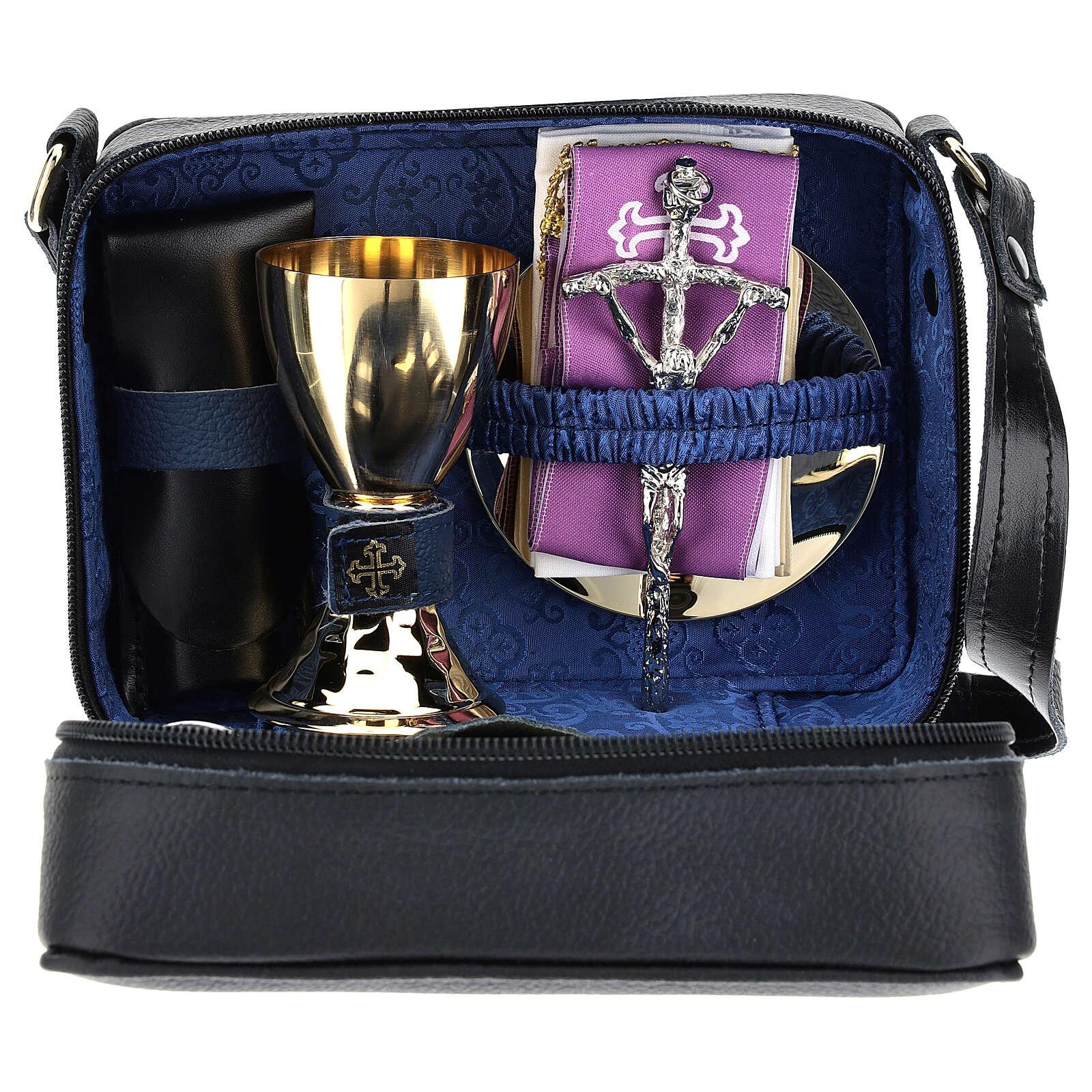 Bolsa tiracolo couro preto e tecido jacquard azul com objetos para celebração litúrgica 3