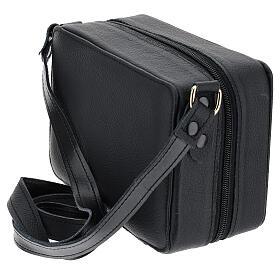 Bolsa tiracolo couro preto e tecido jacquard azul com objetos para celebração litúrgica s8