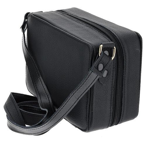 Bolsa tiracolo couro preto e tecido jacquard azul com objetos para celebração litúrgica 8